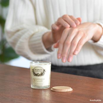 こちらのアロマキャンドルは香りだけでなく、溶けたロウをマッサージオイルとしてスキンケアにも使えるという優れもの。温かいオイルでマッサージすると、心と体がほぐれます。