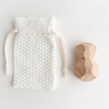 リラックスといえば、マッサージ。あたたかみのある形が手にしっくりと馴染み、ツボ押ししながら木の質感や香りで心が安らぎます。付属のニットの巾着に入れてバッグに忍ばせれば、いつでもどこでも使えて便利です。