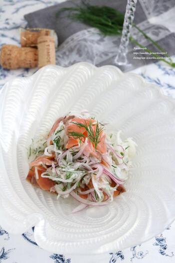 大根とスモークサーモン、ヨーロッパで古くから料理に使われている魚と相性の良いフレッシュハーブのディルを使ったサラダ。見た目もオシャレでワインにも合うサラダは、家飲みやおもてなしの前菜にピッタリ。