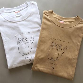 猫のかわいらしさを表現しながら、甘くなりすぎない大人にぴったりなデザインTシャツ。ホワイトとミルクティーベージュのベーシックカラーと主張し過ぎないデザインは、意外とコーデに取り入れやすいのでおすすめです。