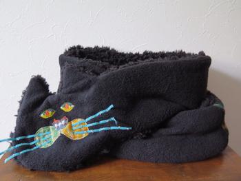 寒い季節に首元を包み込んでくれる黒猫のマフラー。表がフリース生地、裏地にはプードルファーを使用しているので適度なボリューム感であったか。絵本から出てきたような愛らしい見た目は、コーデのアクセントになってくれそうです。