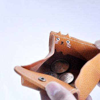 一見シンプルなボックス型のコインケースですが、フタを開けるとこちらを見る猫が♪他の人からは見えにくいので、こっそり自分だけが楽しめます。