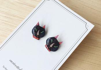 ツリ目にピンクの鼻、赤いビーズの首輪をつけた黒猫のピアス。個性的な顔立ちだからこそ、愛着がわいてきそうです。猫好きのあの人へのプレゼントにもよいかも。