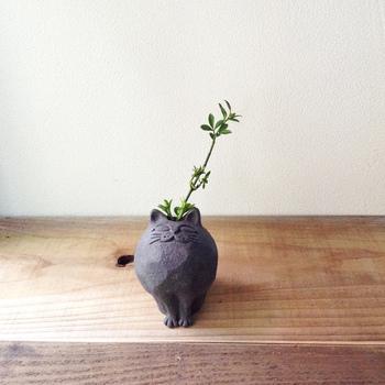 ひとつひとつ手作りされている猫モチーフの花器。ぽってりとした丸いフォルムを陶器で表現。玄関やリビングなど、お気に入りの場所で季節の花を生けるのはもちろん、そのままオブジェとしても◎ちょこんと揃えられた前足にきゅんとします。