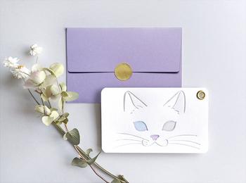 加熱型押した部分が透明になるパチカという紙が使われているメッセージカードです。下にある色が透けることでオッドアイの白猫に。名刺サイズのカードにお礼の気持ちを添えて、お世話になった猫好きの方に贈ってみませんか?