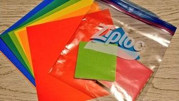 折り紙はジップロックに入れて整理するときれいに保管できるし、持ち運びするときにもスッと持っていきやすくてすごくいいです。