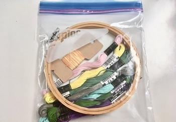 ずっと使っている刺繍枠に大きさがぴったり。 製作中セットを作ります。もう使わない刺繍糸は取り出していけば自分的に分かりやすい。 ビーズ類も入れる🐿ケースで整理するよりも散らからないのでお気に入り。