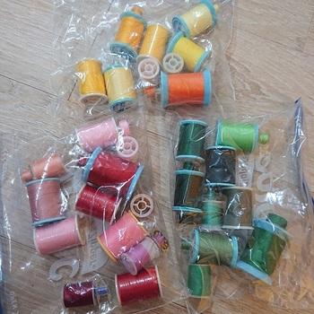 ミシン糸も、色別に分けて、ジップロック保管。