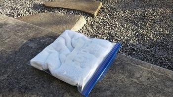 ジップロックにタオルをいれて座布団の出来上がり。子供とお出かけの冬の冷たいベンチなどに座る時に。もちろん中のタオルを使って汚れたらジップロックで持ち帰ります。