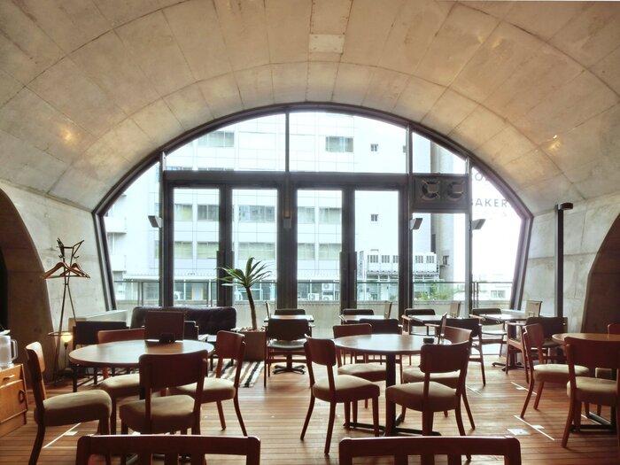 店内は広々としていて、テーブル席やソファー席があります。天井がアーチ型になっており、ヨーロッパのような雰囲気を醸し出しています。