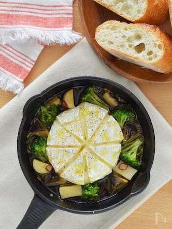 アヒージョとバケットの相性は言わずもがな。素材の旨味が染み出したオイルまで楽しむことができ、欠かせません。カマンベールチーズをまるごと使えば、チーズフォンデュ風になっておすすめです。