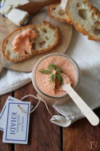 材料3つの、ごくシンプルなパテのレシピです。スモークサーモンの風味と塩気で、パンに塗るのにぴったり。可愛いピンク色が映えて、おもてなしにもおすすめですよ。