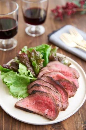 ローストビーフのお肉下味冷凍をすることで柔らかく&味が染みやすくなり、当日は簡単調理で済んで一石二鳥。美味しいパンとワインを添えれば、それだけでもご馳走になりそうです。