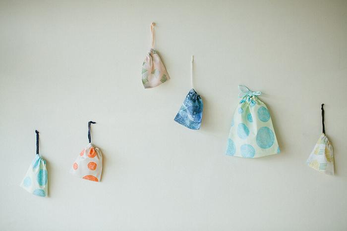 ちょっとした小物を仕分けたり、子どもの道具入れとして持たせるなど、何かと便利な巾着袋。ミシン縫いと手縫い、両方のレシピが掲載されているのでお好きな方を使ってみましょう。お気に入りのテキスタイルをいろいろ選んで作るのも楽しいですね。