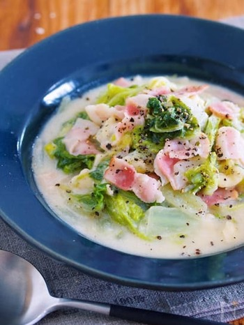 副菜とスープを兼ねることができる、具沢山のクリーム煮。ベーコンにチーズ、鶏がらスープが相まって、旨味たっぷりの濃厚な一皿になります。ホワイトソースや生クリームがいらない手軽さもGOOD!