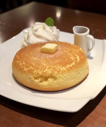 大人気の「石窯焼きホットケーキ」は、しっかりした厚みがあるのに中はふわふわ。石窯の熱を利用して焼くため、外はサクっと中はふんわりするそうですよ。