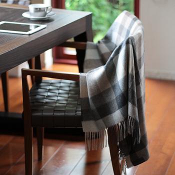 ベビーアルパカは、保温性に優れているのも特徴。ウールの8倍くらいの保温性があるといわれていて、心地いい温かさが持続します。