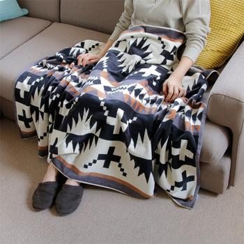 綿100%で作られた吸水性が高く、サラリとした肌触りを味わえるタオルブランケット。表地はベロア調、裏地はループ編みを施し、優しくやわらかな使用感を楽しめます。 大判サイズなので、車のシートやソファのカバーとして利用できるのも魅力。