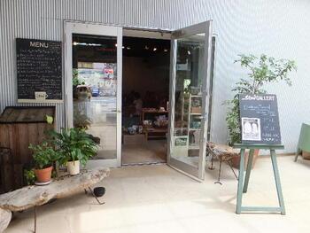 店名のとおり、時間がゆっくり流れている「Cafe Slow」。有機無農薬のコーヒーをはじめ、オーガニックの食材にこだわっています。