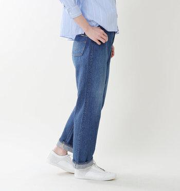 太ももから足首に向けて緩やかに細くなっていく、重く見えないストレートなシルエットに仕上がっています。