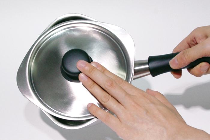 こちらの鍋が凄い点は、蓋をずらせば湯切りが出来るデザインになっている事!野菜を蒸かしたり、茹でたりした際にざるにあげなくてもそのまま湯切りができます。洗い物が1つ減るって嬉しいですよね♪もちろん、スープなどを小さい鍋に移したりする際も注ぎやすいので、使い勝手も文句なしです。