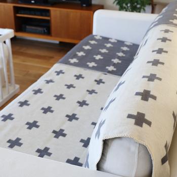 「Crossブランケット」は、海外のSNSでも人気の高いおしゃれなクロス柄。北欧の伝統工芸にインスピレーションを受けながら、遊び心のあるモダンなデザインを取り入れているのが特徴です。