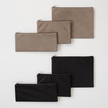 柔らかな本革のポーチです。3サイズ展開なので、そろえて使ってもいいですね。上質な本革を使用、シンプルで触り心地が良いポーチです。