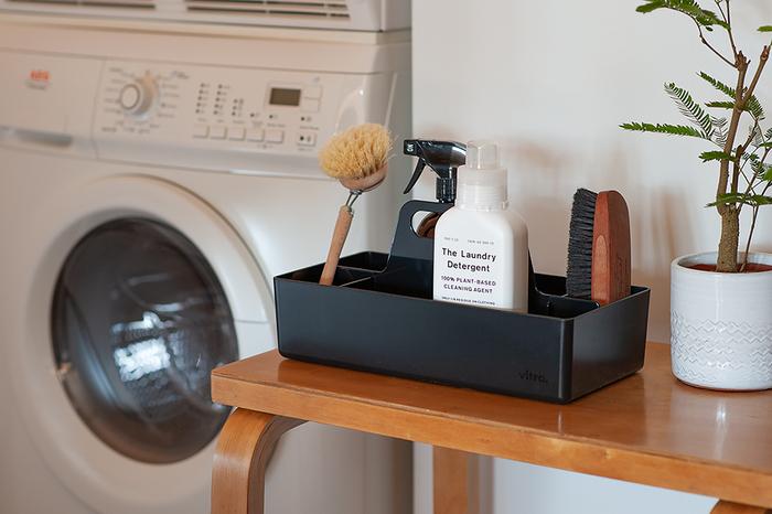 仕切りが多く、スタイリッシュなデザインのツールボックス。仕切られた空間は7つあり、大きさが異なるのでしまうものに合わせて使えます。プラスチック製のため、洗面所やキッチンなどの水回りでも活躍します。
