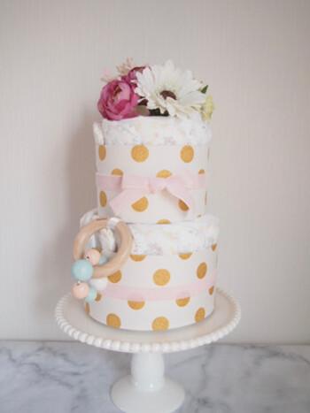 おむつケーキといっても最近ではデコレーションもさまざまで、中にはこんなにおしゃれなものも!写真映えもしますし、出産祝いには間違いないアイテムですね。