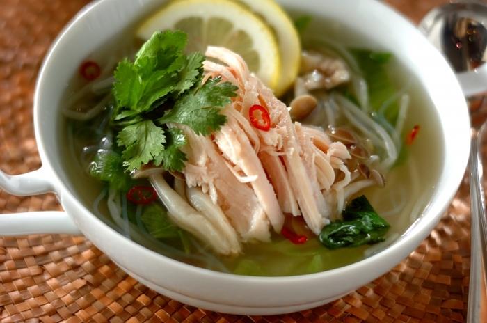 サラダ感覚でいただけるエスニック風の冷たいスープレシピ。レモンとパクチーを添えることで、さっぱりとした風味と香りを楽しめる一品に仕上げています。 あっさり系のスープも、サラダチキンをトッピングするだけでボリュームたっぷりの一品に。