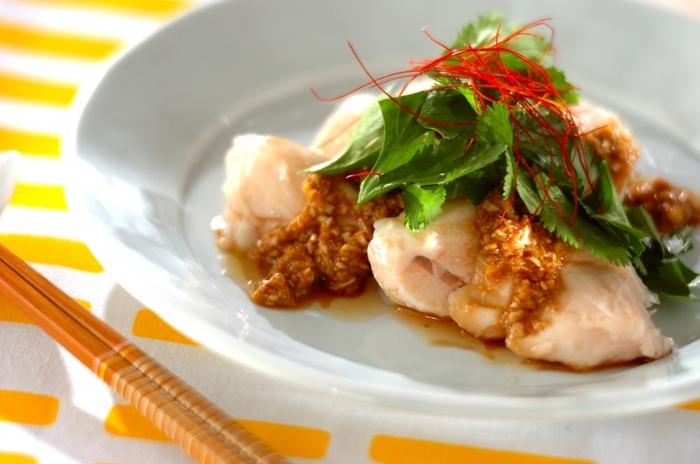 夕食のメイン料理やお酒のお供にも♪「よだれ鶏」とは、棒棒鶏(バンバンジー)のような中国・四川地方の料理で、思い出すとよだれが出るほど美味しい、ことから名付けられたのだそう。 タレは、すり白ゴマなどで作っていますが、ラー油を加えてピリ辛にアレンジするのも美味しそう。ニンニクやショウガも使って、スタミナたっぷりに仕上げています。