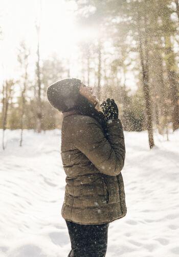 寒い冬、軽くて暖かいダウンは手放せないアイテムですね。撥水加工が施されているものもあり、雪や冷たい雨の日でも着られる反面、ケアの方法も気になるところ。