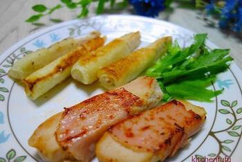 サラダチキンに生ハムを巻いて、焼くだけの超簡単レシピ。生ハムの塩気が効いているので、味付けはしなくてOK! お弁当のおかずにもう一品欲しい…というときにもおすすめです。