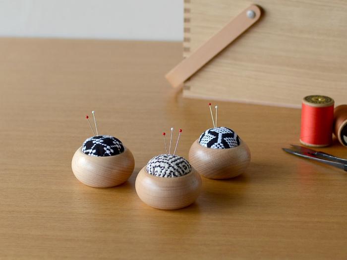 こちらはコロンとした丸形が可愛い刺し子のピンクッション。山形県遊佐(ゆざ)町の「遊佐刺し子」は伝統的な刺繍技法のひとつですが、そのデザインはどこかモダンな印象です。土台には北欧家具によく使われるビーチ材を使用しており、洗練された刺繍の柄とも相性の良い組み合わせとなっています。
