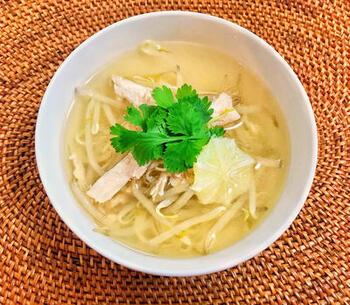 もやしと春雨を使ってフォー風にアレンジしたスープレシピ。ナンプラーやパクチーをプラスして、エスニックなテイストを高めています。 サラダチキンを加えることで、優しい味わいなのに食べごたえがある一品に。カロリーが控えめなので、夜食としてもおすすめです。