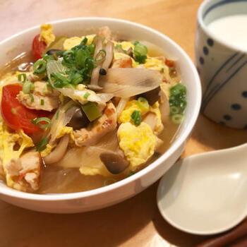 一皿で、炭水化物・タンパク質・食物繊維などを手軽に摂取できる中華レシピ。 「酸辣湯(サンラータン)」とは、酸味と辛味を効かせた中華料理のスープのひとつ。 自宅で手作りすれば、酢やラー油の量を自分好みに調整できます。  春雨の代わりに、豆腐やご飯などを使うのもおすすめ!小腹がすいたときや夜食としても◎