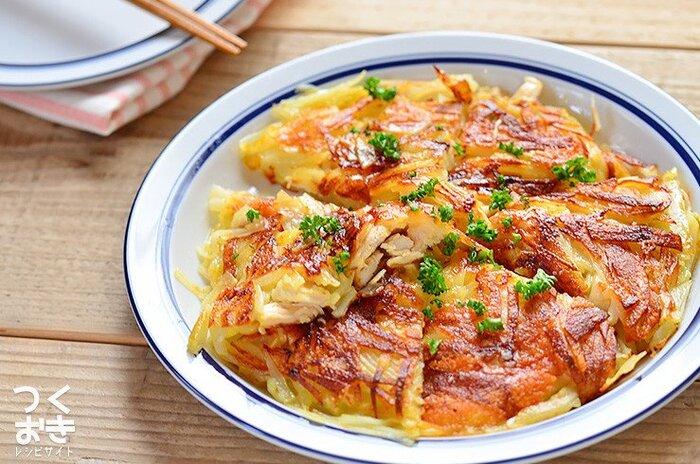 サラダチキンを使った、カリカリ&ホクホクの食感を楽しめるポテトのガレット。お弁当のおかずとしてはもちろん、お酒のお供にもぴったりです。 フライパンに、千切りにしたジャガイモ・チーズ・チキンサラダを順番に乗せて、焦げ目がつくまで焼き上げるだけ♪仕上げにパセリをトッピングすれば、見栄えがグンとアップします。