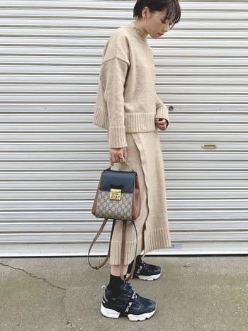 フィット感とクッション性があり履き心地が評判のポンプフューリーを主役に、ニットのセットアップとグッチのバッグで上品さを加えて。ハイブランドを1点取り入れるだけでクラスアップした装いに変身します。