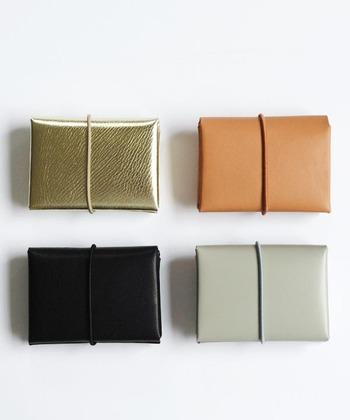 縫製せずに仕立てているのが特徴の「irose(イロセ)」のミニウォレットは、二つ折りでコンパクトなサイズ感が大きな魅力。天然素材で作られているのでシワやムラ感なども一つ一つ違い、使い込むほどに味のある使用感が楽しめます。