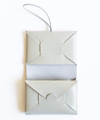 小銭ポケットに仕切りのついたポケットなど、小さくても収納力は抜群。折りたためばお札も入るので、デイリー使いにもぴったりです。