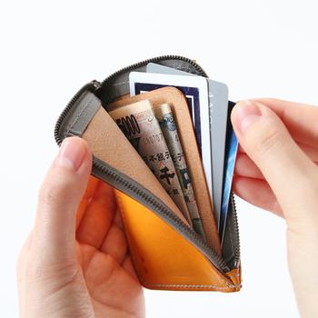 小銭入れと仕切りのついた大きなポケットが付いたシンプルな形で、お金をコンパクトに持ち運ぶことが可能。お札も折りたためば数枚入るので、あまり入らないという心配も必要ありません。