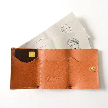 内側にはお札入れと、3つのカードポケットが備わっています。ナチュラルな皮素材を使用しているので、経年変化で自分だけの風合いに馴染んでいく過程を楽しめるのも魅力の一つです。