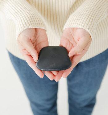 ちょっとしたお出かけや、小銭とカードを分けて持ちたい方におすすめのコインケース。石ころのような丸みのあるシルエットが、とってもキュートな遊び心のあるアイテムです。