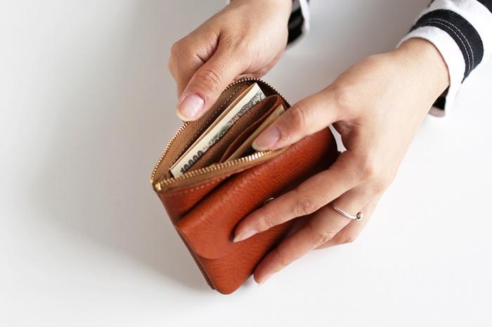 真ん中には仕切りを兼ねたポケットが付属しているので、3つのスペースでお金を管理できます。キーリングも付いているので、お財布としてだけでなくキーケースとして活用するのもおすすめです。