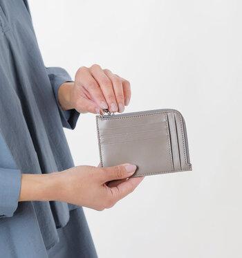 裏側にカードポケットを5つ配置し、カードケースやパスケースとしても利用できるほどの薄さが特徴となっています。ファスナーの中はフリーポケットなので、小銭やお札など好きなものを収納すればOK♪