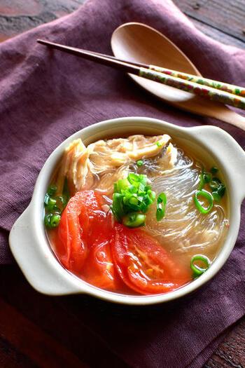お家にある材料でパパっと作れるヘルシーなスープレシピ。市販の焼あごだしつゆを使って、上品な味わいに仕上げています。トマトの酸味が、和風スープのアクセントに♪ サラダチキン自体に塩分があるため、スープは薄めでいいのも嬉しいポイント。最後にねぎを散りばめれば、彩りがアップします。