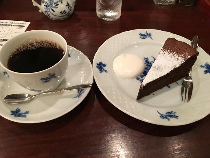「壹眞珈琲店」のコーヒーは美味しさはもちろん、豊富なカップのコレクションも評判です。マイセン、ウェッジウッド、ジノリなど、日本でもおなじみの高級ブランドのテーブルウェアで提供されます。ケーキとセットで味わえば、ちょっとしたコーヒータイムも特別な時間に感じられるはず。