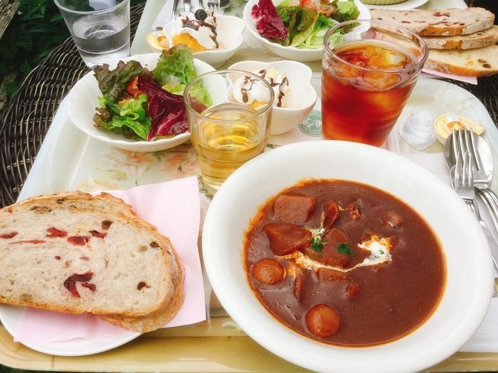 人気の「特製ビーフシチューセット」。ビーフシチューの他、サラダとデザート、特製パンが付きます。特製パンは味が異なるものを3種類楽しめますよ!