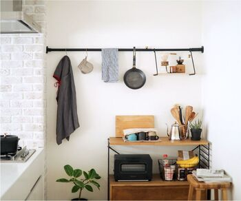 壁に線を引くように、一本の突っ張り棒がオシャレな空間を作ってくれる「DRAW A LINE」。きちんとした作りで、キッチンやリビングなど、色々な空間で使えます。
