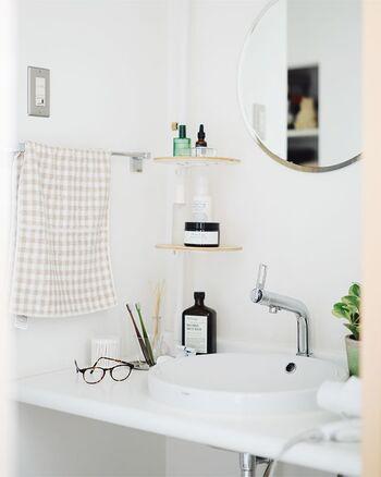 縦に突っ張るタイプに棚を付けたアレンジ例です。洗面所のちょっとした収納力不足をオシャレに解決してくれそう。